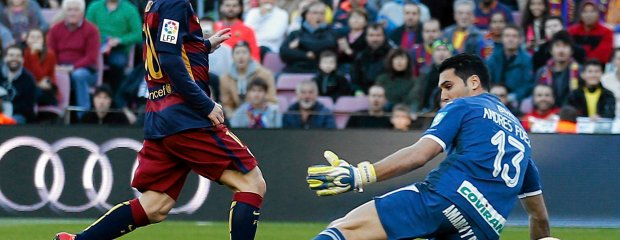 FC Barcelona's Lionel Messi, left, scores past Granada's goalkeeper Andres Fernandez during a Spanish La Liga soccer match between Barcelona and Grenada, at the Camp Nou stadium in Barcelona, Spain, Saturday, Jan. 9, 2016. (AP Photo/Manu Fernandez) SLOWA KLUCZOWE: XLALIGAX