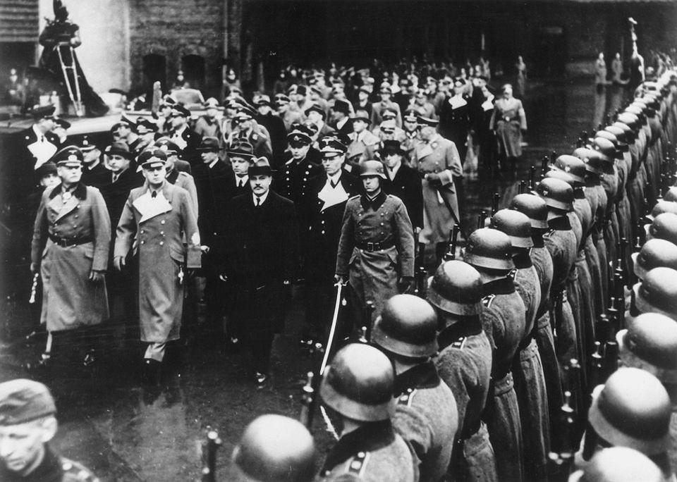 Szef rosyjskiej dyplomacji Wiaczesław Mołotow w Berlinie, towarzyszy mu jego niemiecki odpowiednik Joachim von Ribbentrop w asyście gwardii honorowej. 12 listopada 1940 r.