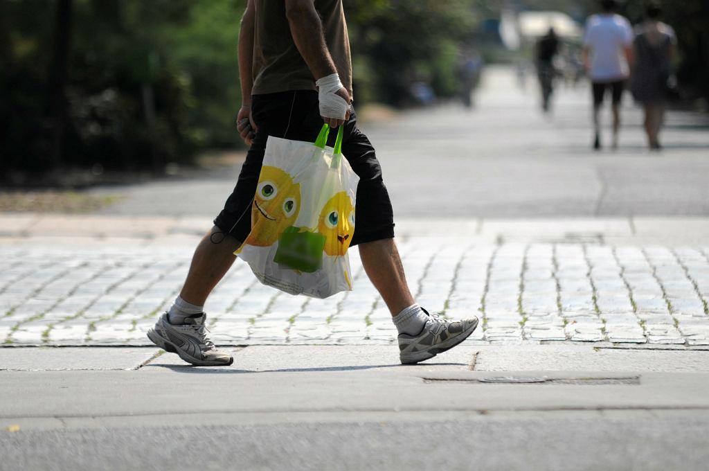 Złamał mężczyźnie szczękę, bo za wolno pakował zakupy w sklepie. Mateusz O. stanie przed sądem