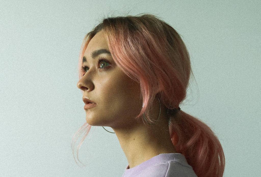 Modne kolory włosów 2021 - ombre, split dye czy honey blond?