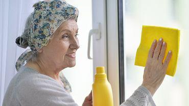 Co zrobić, by okna były czyste na dłużej i pozostały bez smug? Świetny trik naszych babć (zdjęcie ilustracyjne)