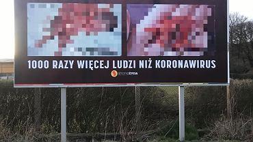 Prolajferzy wywiesili taki baner w Bolesławcu: 'Aborcja zabija 100 razy więcej ludzi niż koronawirus'. Zdjęcie ilustracyjne