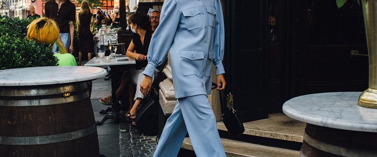 Kolor niebieski od lat cieszy się dużą popularnością wśród kobiet. Sprawdź modne ubrania i dodatki w tym odcieniu!