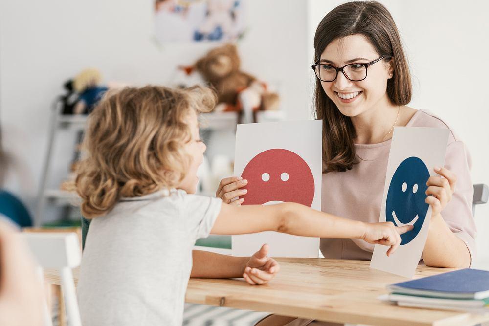 Psychiatra dziecięcy zajmuje się diagnozą i leczeniem problemów oraz zaburzeń psychicznych dzieci i młodzieży, od wieku niemowlęcego do wczesnej dorosłości.