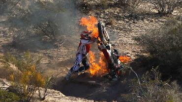 Rajd Dakar 2014 już na półmetku. Sobota to dzień przerwy w zmaganiach - dobry moment, żeby przejrzeć setki zdjęć z tegorocznej edycji i wybrać, jak dotąd, najlepsze. Portugalczyk Na zdj.: Paulo Goncalves próbuje jeszcze ratować swój płonący motocykl