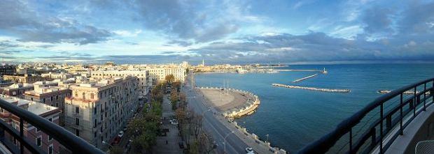 Włochy, Apulia: promenada Lungomare prowadzi do zabytkowej części Bari