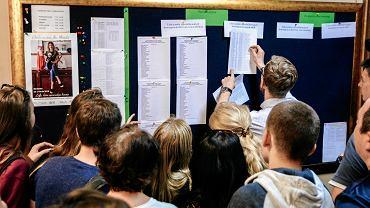 Lublin, uczniowie szukaj swoich nazwisk na licie kandydatw przyjtych do szkoy.