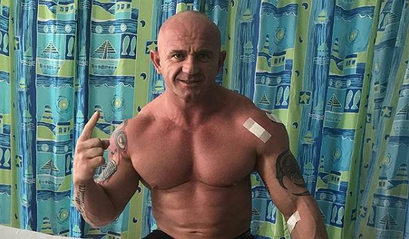 Krystian Pudzianowski podczas rehabilitacji po walce na gali FEN 28. Źródło: Instagram