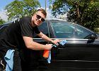 Umycie samochodu bez wody? W firmie młodego dąbrowianina to nic trudnego