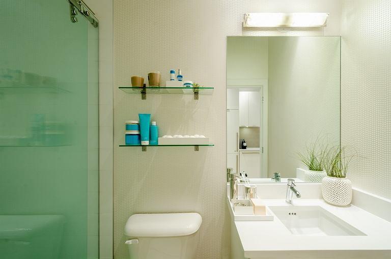 W małej łazience utrzymanie pustych blatów jest koniecznością, aby wyglądała ona na uporządkowaną i przestronną.