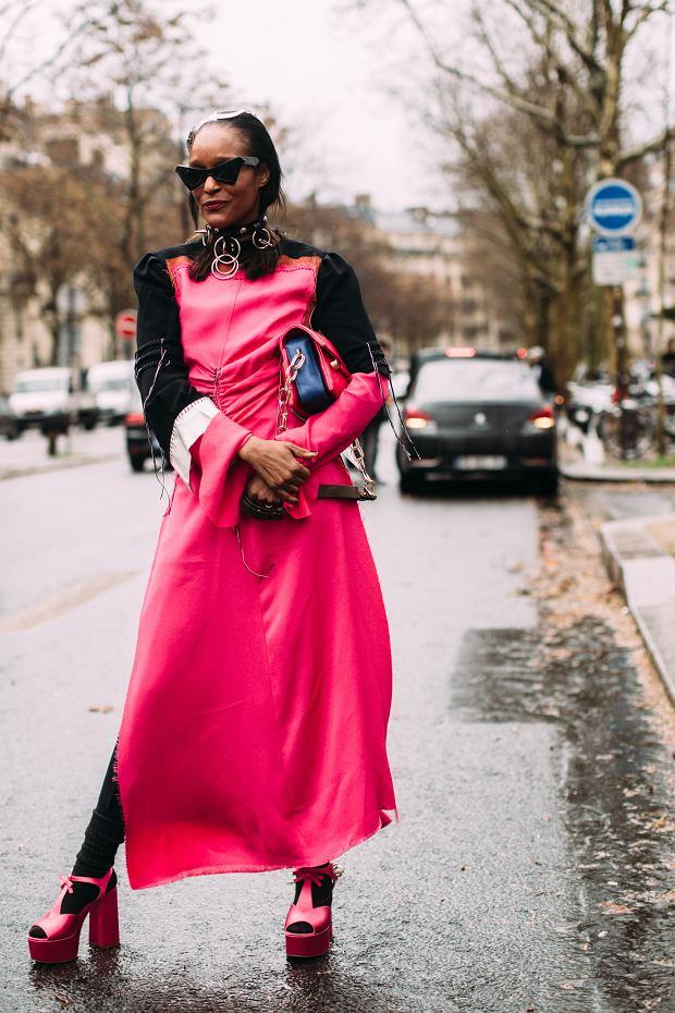 Różowe buty na platformie dopasowane kolorystycznie do sukienki