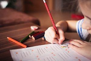 """Rodzice ślęczą z dziećmi nad pracami domowymi. Mama 12-latki: """"Mogłabym się z nią nie uczyć, ale byłaby czwórkowa. A jestem ambitna"""""""