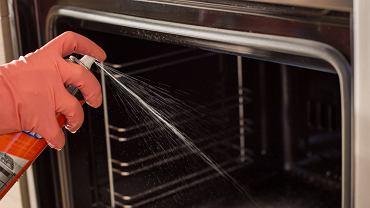 Formuła płynu do mycia piekarników została opracowana tak, by usuwać dokładnie taki sam rodzaj zabrudzeń, zatem świetnie poradzi sobie z zaciekami na brytfannie.