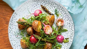 Młode ziemniaki pieczone w miodzie z rzodkiewkami i szparagami