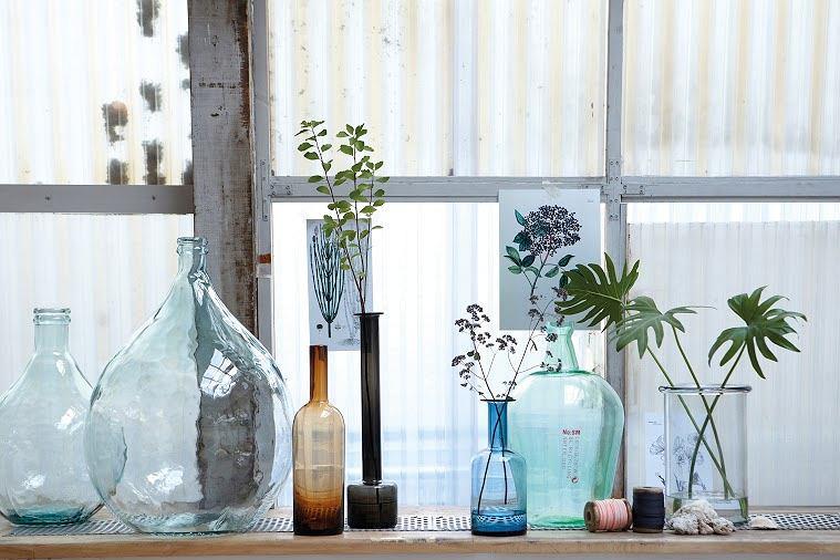 Kolekcja kolorowych butelek zawsze najlepiej wygląda w miejscu jasnym, gdzie szklane naczynia mogą wyeksponować swoje barwy.