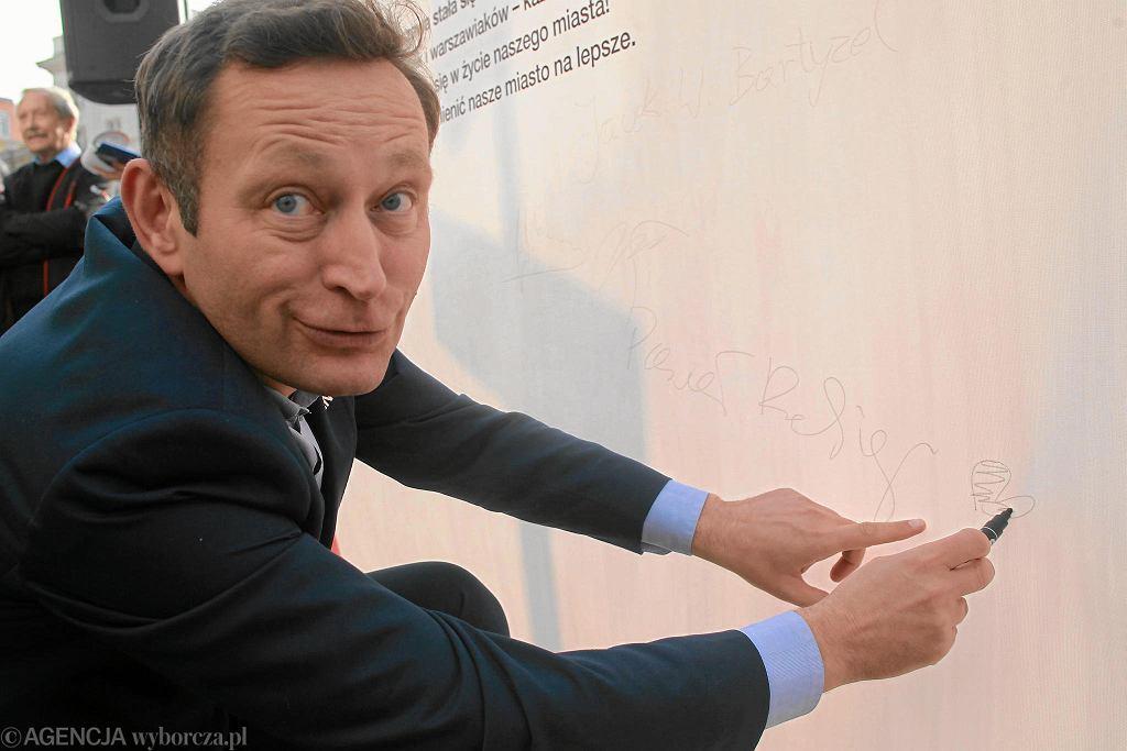 Paweł Rabiej podpisuje Deklarację Warszawską w 2017 r.