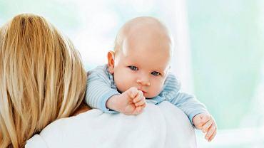 Przez pierwsze miesiące po każdym (także nocnym) karmieniu trzeba potrzymać dziecko do odbicia.