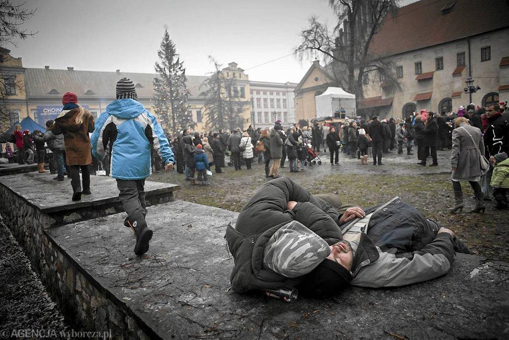 Pijani ludzie przed szopką bożonarodzeniową w Krakowie