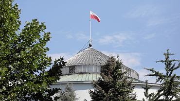 Flaga Polski na budynku Sejmu