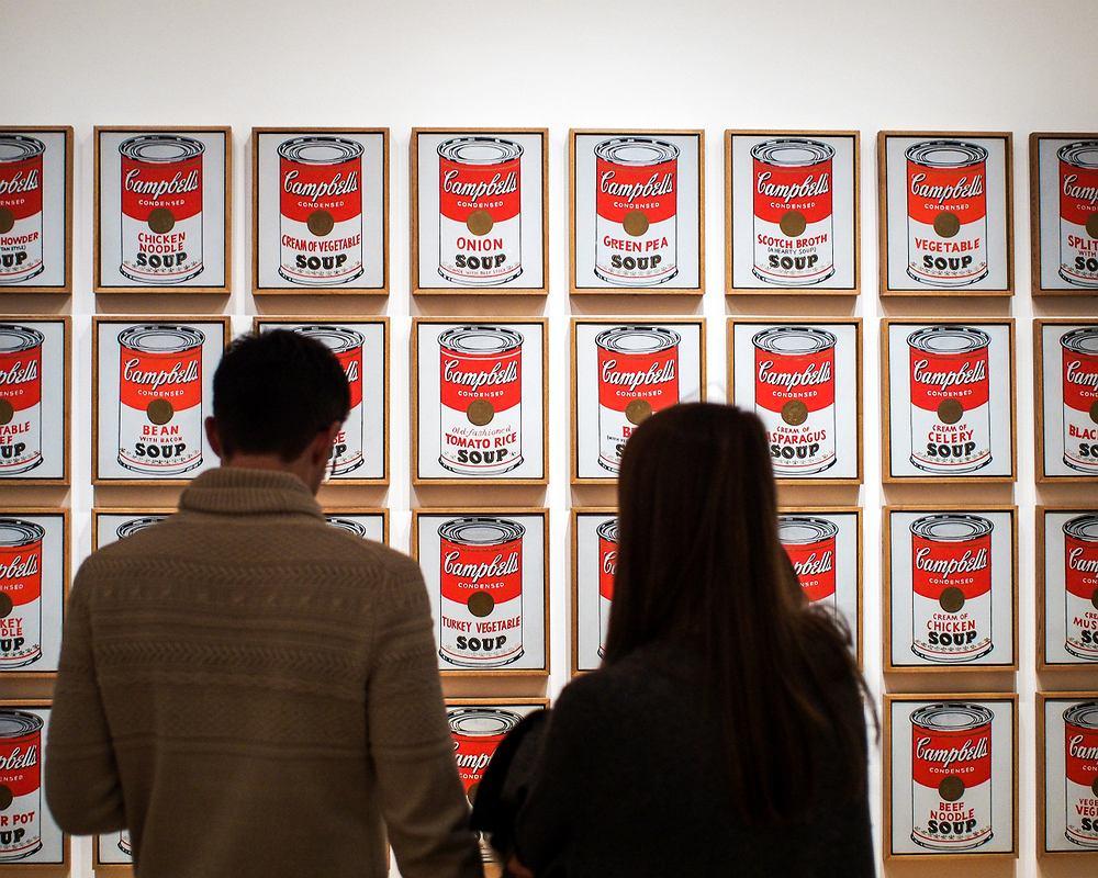 ''Puszki z zupą firmy Campbell'' Andy Warhol. Museum of Modern Art. Zdjęcie ilustracyjne