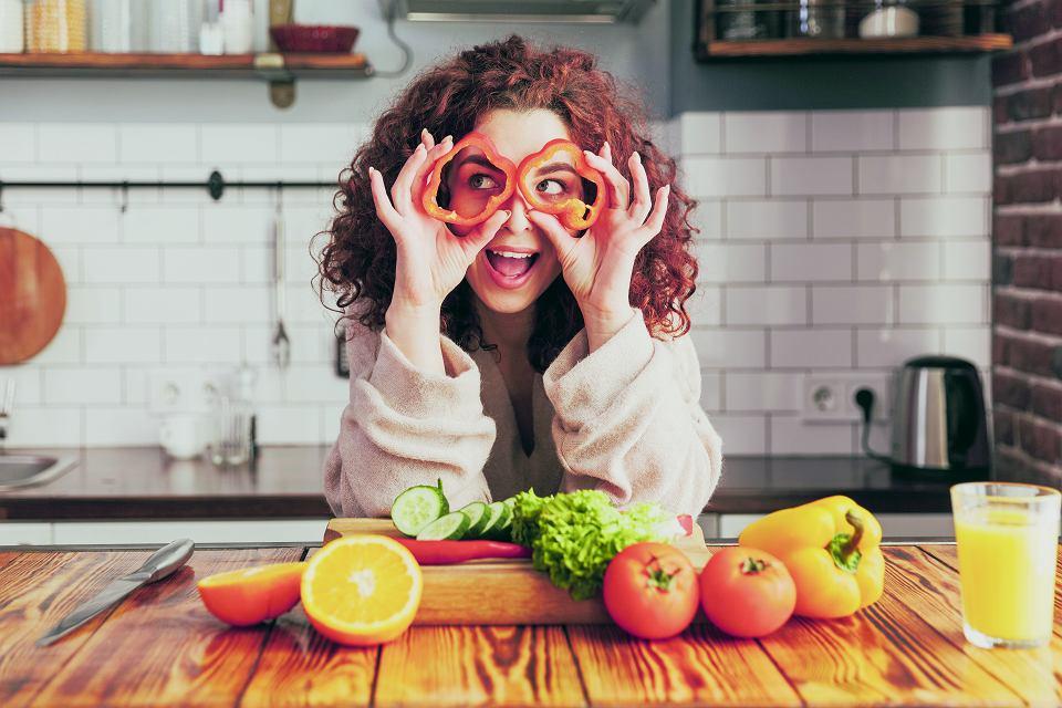Pozytywny wpływ na wzrok mają: witamina C (zyskamy ją, jedząc cytrusy); witamina E  (w warzywach liściastych, w szczególności w szpinaku);  kwasy omega 3  (w tłustych rybach, np. łososiu); cynk (w orzechach i fasoli)
