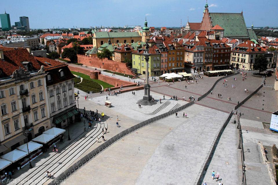 Barierki na Trakcie Królewskim - na kolejną miesięcznicę smoleńską . Płot, specjalnie na tę okazję sprowadzony z Katowic, ciągnie się już od Zamku Królewskiego. Warszawa 10 lipca 2017