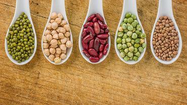 Lektyny to białka, które wiążą węglowodany i wszczepiają się w błony komórkowe, ich źródłem są rośliny strączkowe, ziarna zbóż oraz orzechy