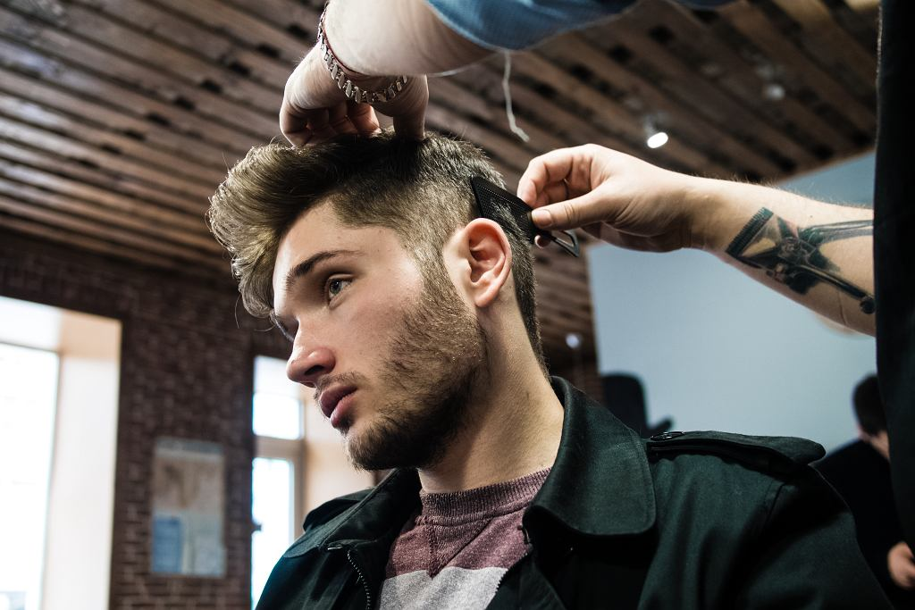Męskie fryzury w 2020 roku stawiają przede wszystkim na wygodę. Zdjęcie ilustracyjne