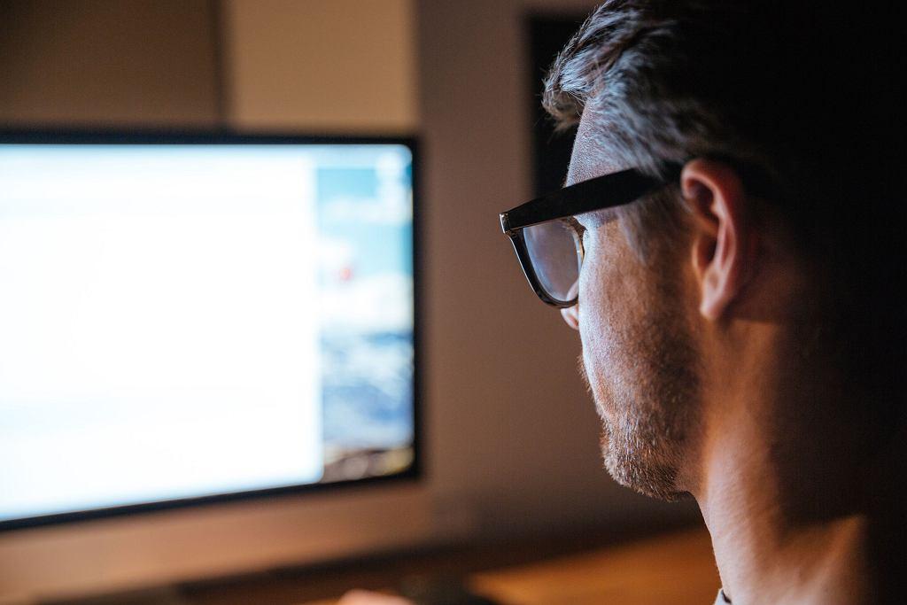 Mężczyzna przed ekranem komputera