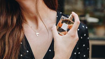 Perfumy na jesień 2020 - nuty zapachowe drzewne, kwiatowe i gourmet sprawdzą się na chłodniejsze dni.