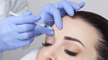Botoks zalicza się obecnie do najpopularniejszych zabiegów wykonywanych w medycynie estetycznej. Polega on na wstrzyknięciu preparatu zawierającego toksynę botulinową w konkretną partię ciała