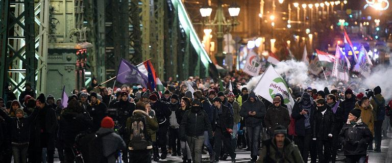 Tysiące ludzi wciąż demonstrują w Budapeszcie. ''Vik-ta-tor''