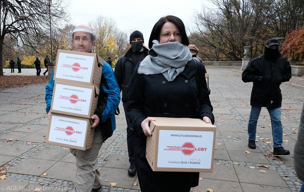 Kaja Godek składa podpisy pod projektem ustawy 'Stop LGBT'
