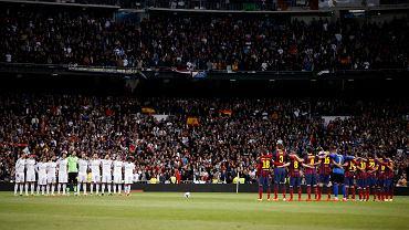 Minuta ciszy przed meczem. Piłkarze uczcili pamięć zmarłego w sobotę ministra Adolfo Suareza. Już za chwilę zacznie się najsłyszniejszy piłkarski pojedynek świata, który obfitował w siedem bramek oraz wiele kartek i kontrowersji.