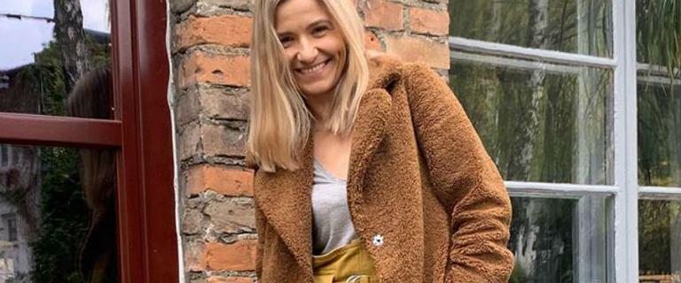 Joanna Koroniewska w złotych sneakersach Togoshi. Bardzo oryginalne!