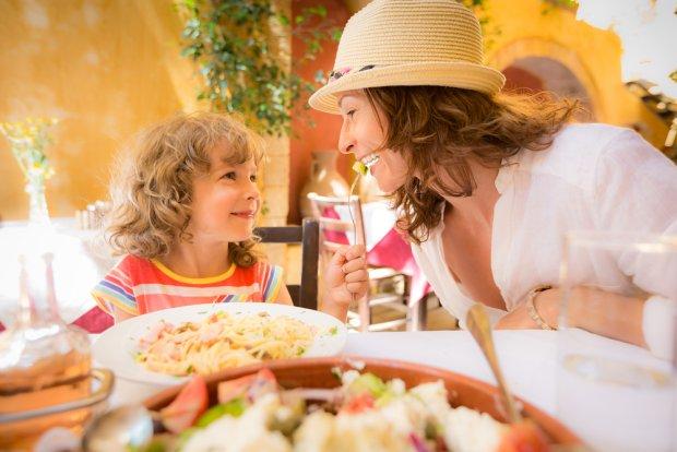Nie pozwalajcie sobie na dłużej trwające odstępstwa od normalnej diety. Dla dziecka kilka tygodni jedzenia nieregularnego i niezdrowego to zdecydowanie za dużo.