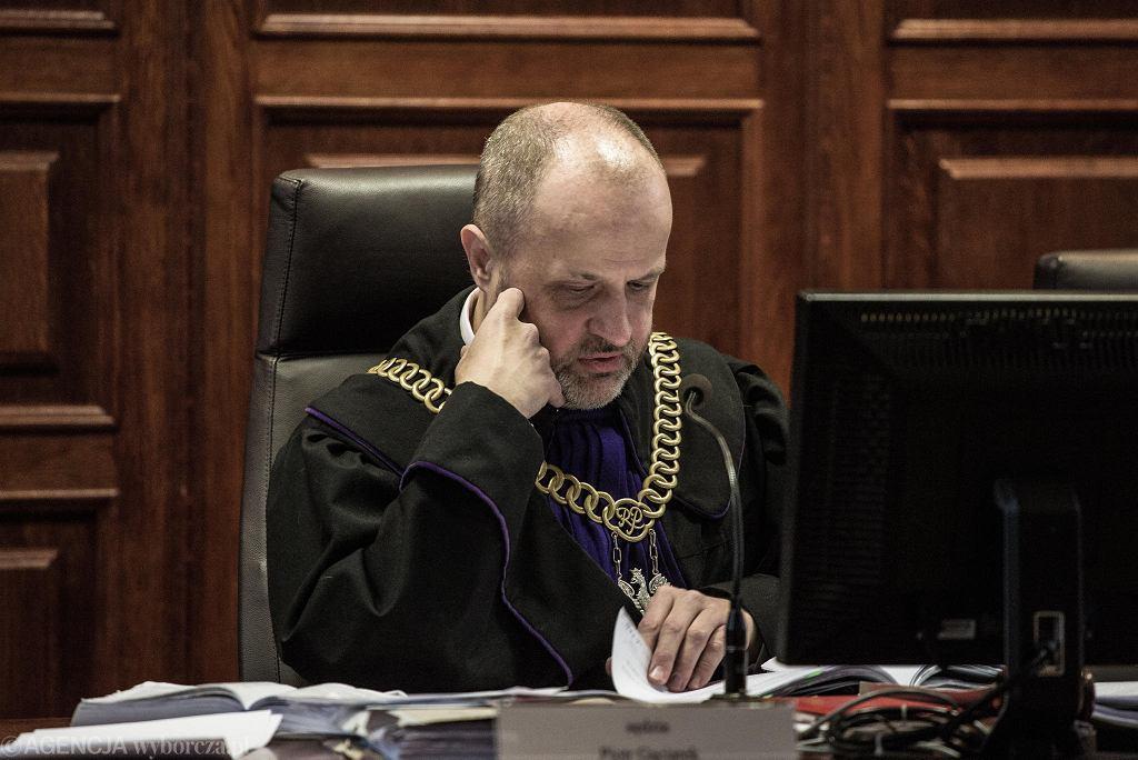 Sędzia Piotr Gąciarek podczas pierwszej rozprawy w sprawie o zabójstwo pracownika Tramwajów Warszawskich