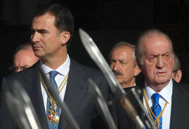 Spain's Crown Prince Felipe and Spain's King Juan Carlos watch a military parade outside the Parliament in Madrid in this December 27, 2011 file photo. Spain's Prime Minister Mariano Rajoy said on June 2, 2014 that King Juan Carlos will abdicate and Prince Felipe will take over the throne. REUTERS/Juan Medina/Files (SPAIN - Tags: ROYALS) SLOWA KLUCZOWE: :rel:d:bm:GM1E7CS1N5D01