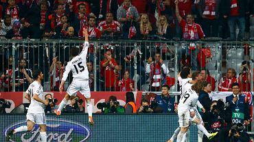 <b>Real w pierwszym meczu pokonał Bayern Monachium 1:0, w rewanżu rozbił obrońców tytułu aż 4:0. Prezentujemy najlepsze zdjęcia ze spotkania w Monachium.</b><br> Sergio Ramos cieszy się z kolegami po strzeleniu gola Bayernowi