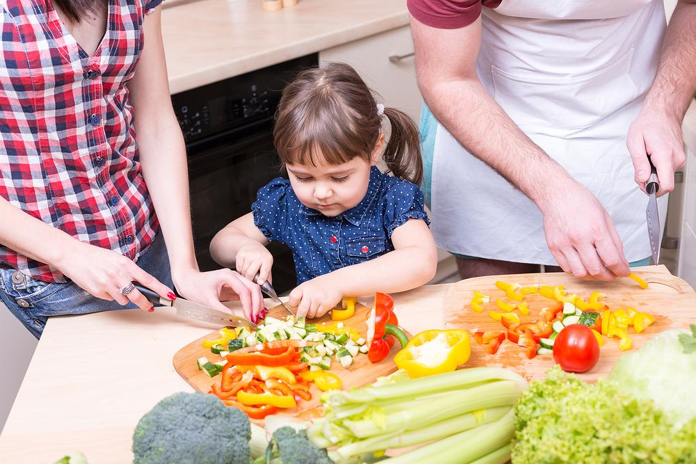 Pomysły na obiad nie zawsze muszą oryginalne - najlepsze są dania, które chętnie zjadają wszyscy domownicy. A wspólne przygotowywanie posiłków to świetny sposób na wspólne spędzanie czasu