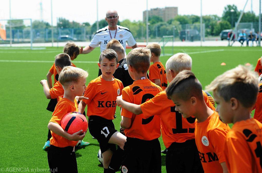 Młodzież z Akademii Piłkarskiej KGHM Zagłębia Lubin przed treningiem