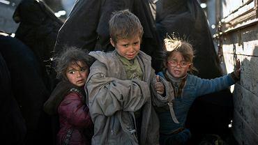Mali Syryjczycy i ich matki tuż po ewakuacji przez siły Syryjskiej Wolnej Armii z resztek terytoriów pod kontrolą Państwa Islamskiego (ISIS), 1 marca 2019 r.