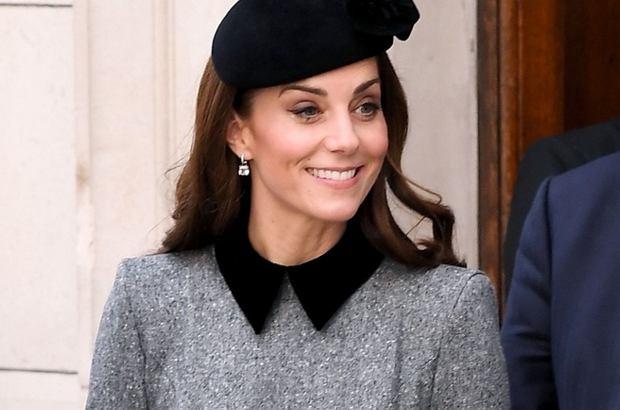 Księżna Kate jest ulubienicą Brytyjczyków. Każde jej wyjście jest szeroko komentowane w mediach. Na jedno z nich żona księcia Williama przyszła w towarzystwie Elżbiety II. Middleton jak zwykle zachwyciła stylizacją.