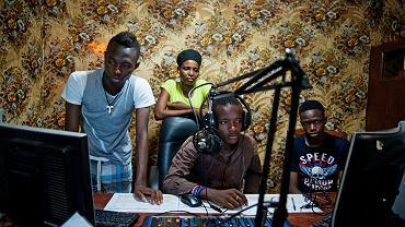 Prezenterzy Radia Amzas. Od lewej: Abdul Turay, Hawanatu Kamaru, Klusu Jellu i Malay Bamihana. Makeni, Sierra Leone