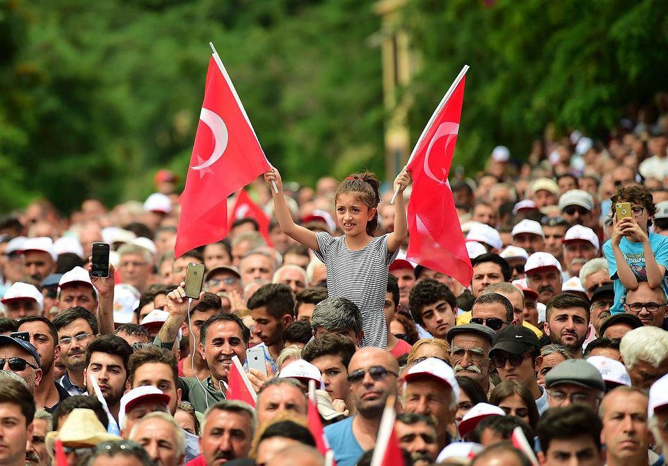 Zwolennicy Muharrema Ince, opozycyjnego kandydata na prezydenta z kemalistycznej partii CHP, na wiecu wyborczym w Tunceli, 17 czerwca 2018 r.