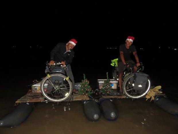 """Z przymocowanymi do ram rowerów amazońskich małymi choinkami oświetlonymi zakupionymi jeszcze w Iquitos lampkami """"Made in Poland"""