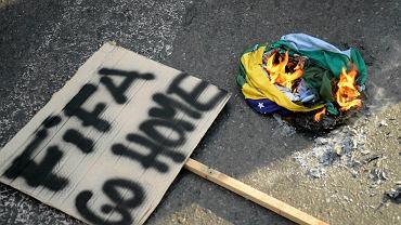 """Na dziewięć dni przed rozpoczęciem Mistrzostw Świata w Goianii odbył się przedostatni sprawdzian Brazylii, która pokonała Panamę 4:0. Na trybunach kibice """"Canarinhos"""" urządzili sobie zielono - żółte święto, natomiast pod stadionem protestowali przeciwnicy mundialu oraz wydawania publicznych pieniędzy na turniej FIFA."""