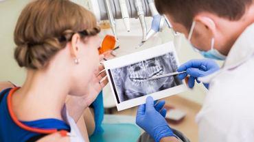 Implanty dostępne dziś na rynku są drogie.  Jeden kosztuje od 1,8 tys. w górę.