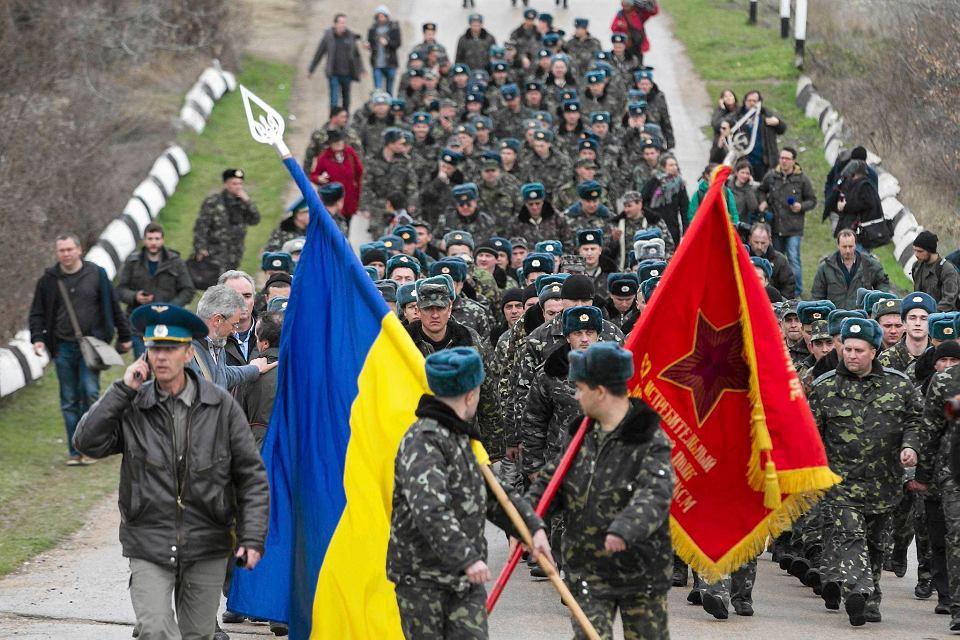 Ukraińscy żołnierze pomaszerowali wczoraj bez broni na blokowane przez Rosjan wojskowe lotnisko w Belbeku na Krymie
