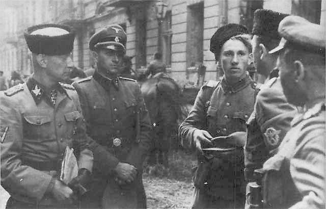 Heinz Reinefarth oraz 3 Pułk Kozaków płk. Jakuba Bondarenki w okolicach ul. Wolskiej (fot. NN/Wikimedia Commons/public domain)
